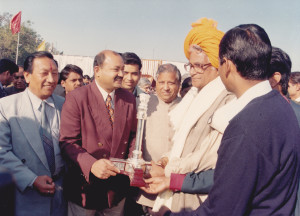 defence-minister-india-honble-shri-george-fernandes-awarding-sandeep-silas-with-silver-prize