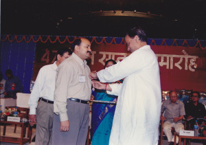 Hon'ble Minister Digvijay Singh pinning the Meritorious Service Award of Indian Railways